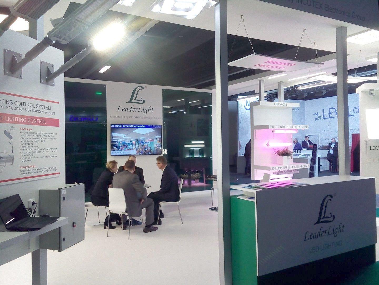 LeaderLight представила уличные светильники с фирменной беспроводной системой управления. (фото Алексея Васильева)